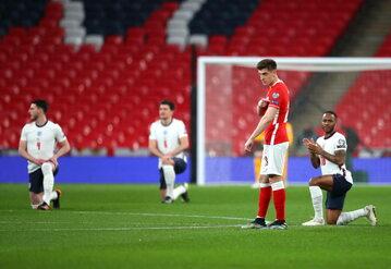 Polscy piłkarze nie uklęknęli przed meczem z reprezentacją Anglii. Biało-czerwoni wyrazili swoją solidarność z ofiarami rasizmu w inny sposób.