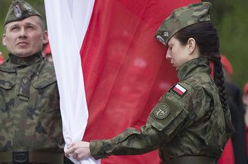 Polscy żołnierze z flagą