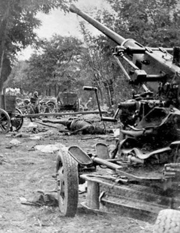 Polskie działo przeciwlotnicze Bofors wz.36 obok zbombardowanej kolumny polskiej