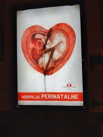 Pomazany plakat promujący pracę hospicjów perinatalnych.