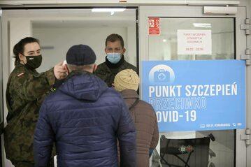 Pomiar temperatury przy wejściu do punktu szczepień w Warszawie.