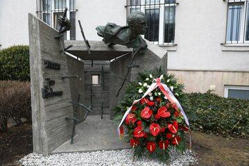 """Pomnik Jana Rodowicza """"Anody"""" przed gmachem Ministerstwa Sprawiedliwości"""