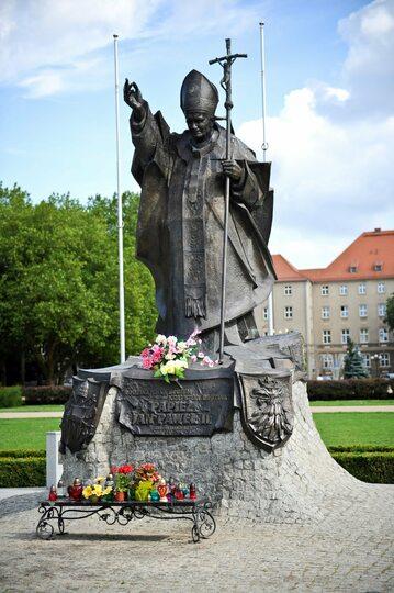 Pomnik papieża Jana Pawła II znajduje się na Jasnych Błoniach, naprzeciw Pomnika Czynu Polaków.
