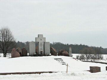 Pomnik postawiony w miejscu kaźni Polaków z Huty Pieniackiej