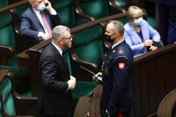 Poseł Konfederacji Grzegorz Braun  musiał opuścić salę plenarną Sejmu z powodu odmowy nałożenia maseczki ochronnej.