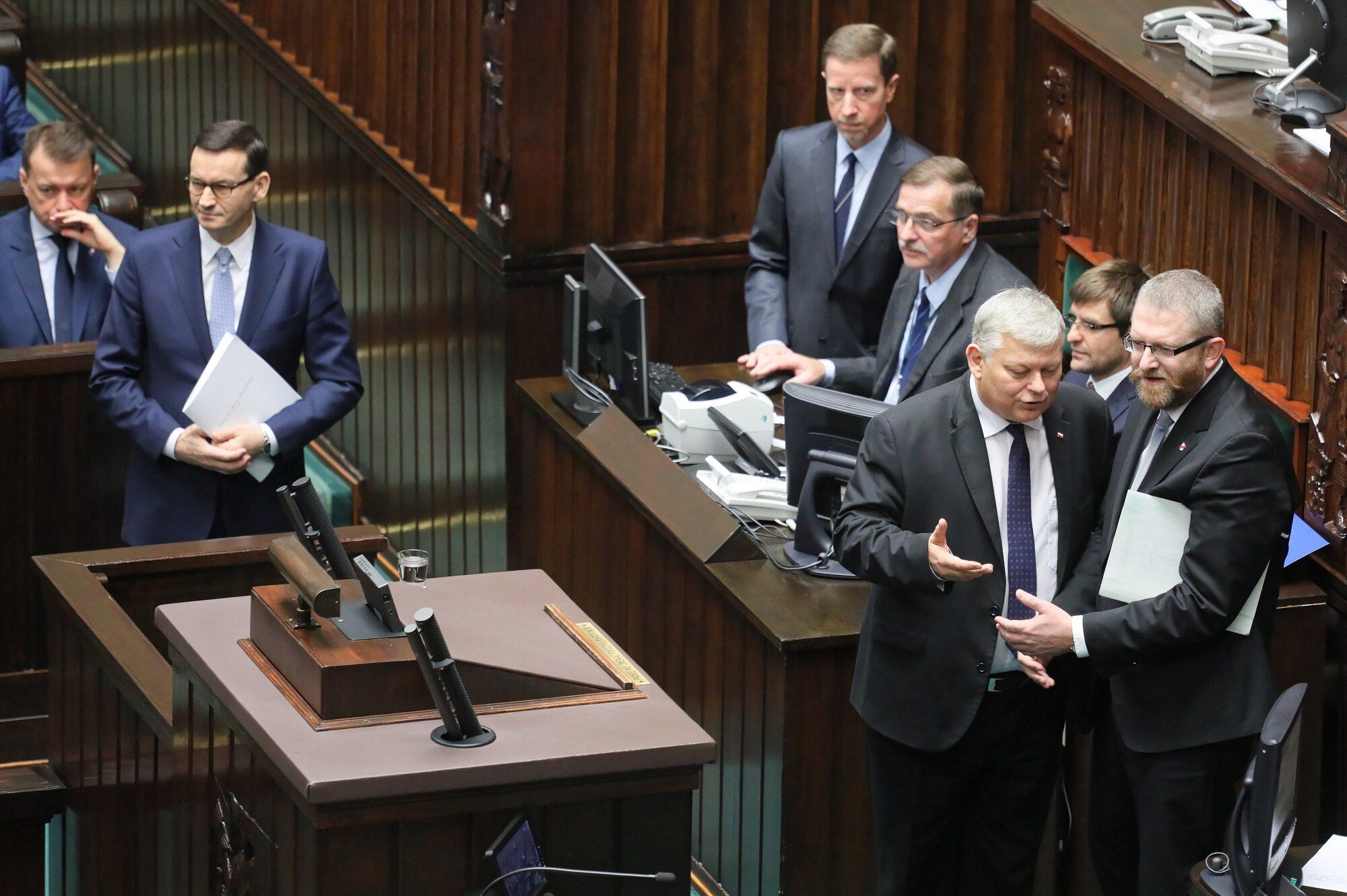 Poseł Konfederacji Grzegorz Braun (P), szef Gabinetu Politycznego Prezesa Rady Ministrów Marek Suski (2P) oraz premier Mateusz Morawiecki