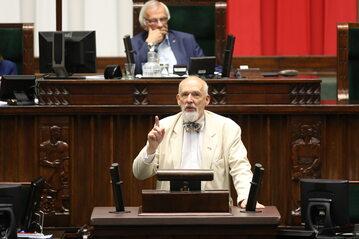 Poseł Konfederacji Janusz Korwin-Mikke podczas przemówienia w Sejmie