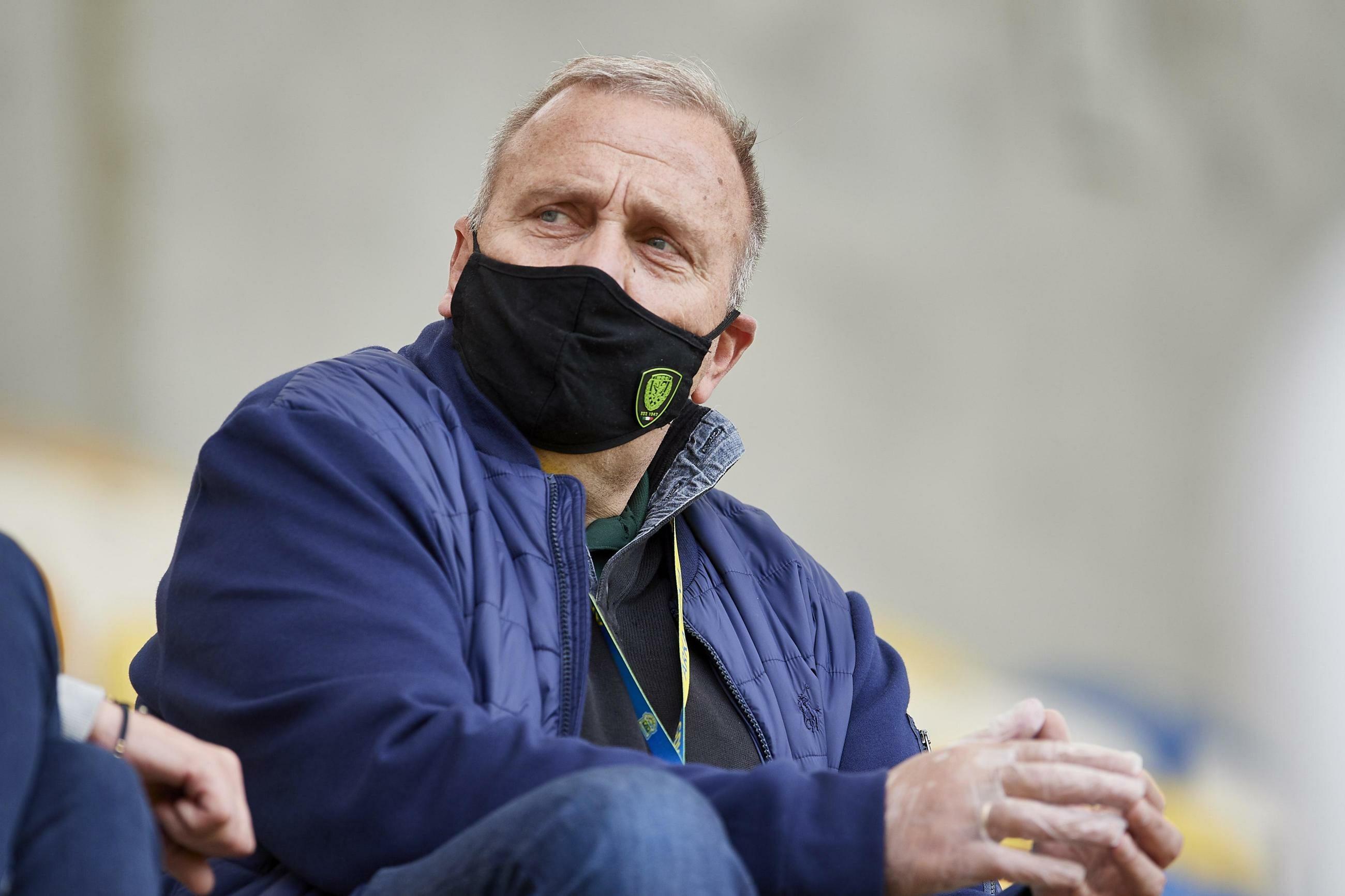 Poseł PO-KO Grzegorz Schetyna na trybunach stadionu w Gdyni