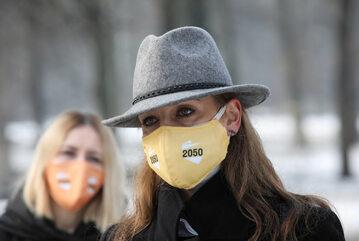 Posłanka Polska 2050 Joanna Mucha podczas konferencji prasowej w Ogrodzie Saskim w Warszawie