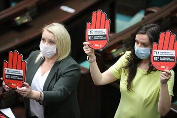 Posłanki KO Klaudia Jachira (P) i Iwona Hartwich (L) na sali obrad Sejmu w Warszawie