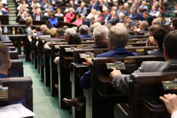 Posłowie głosujący w Sejmie