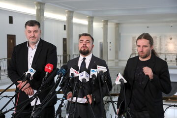 Posłowie Konfederacji: Artur Dziambor, Michał Urbaniak i Dobromir Sośnierz