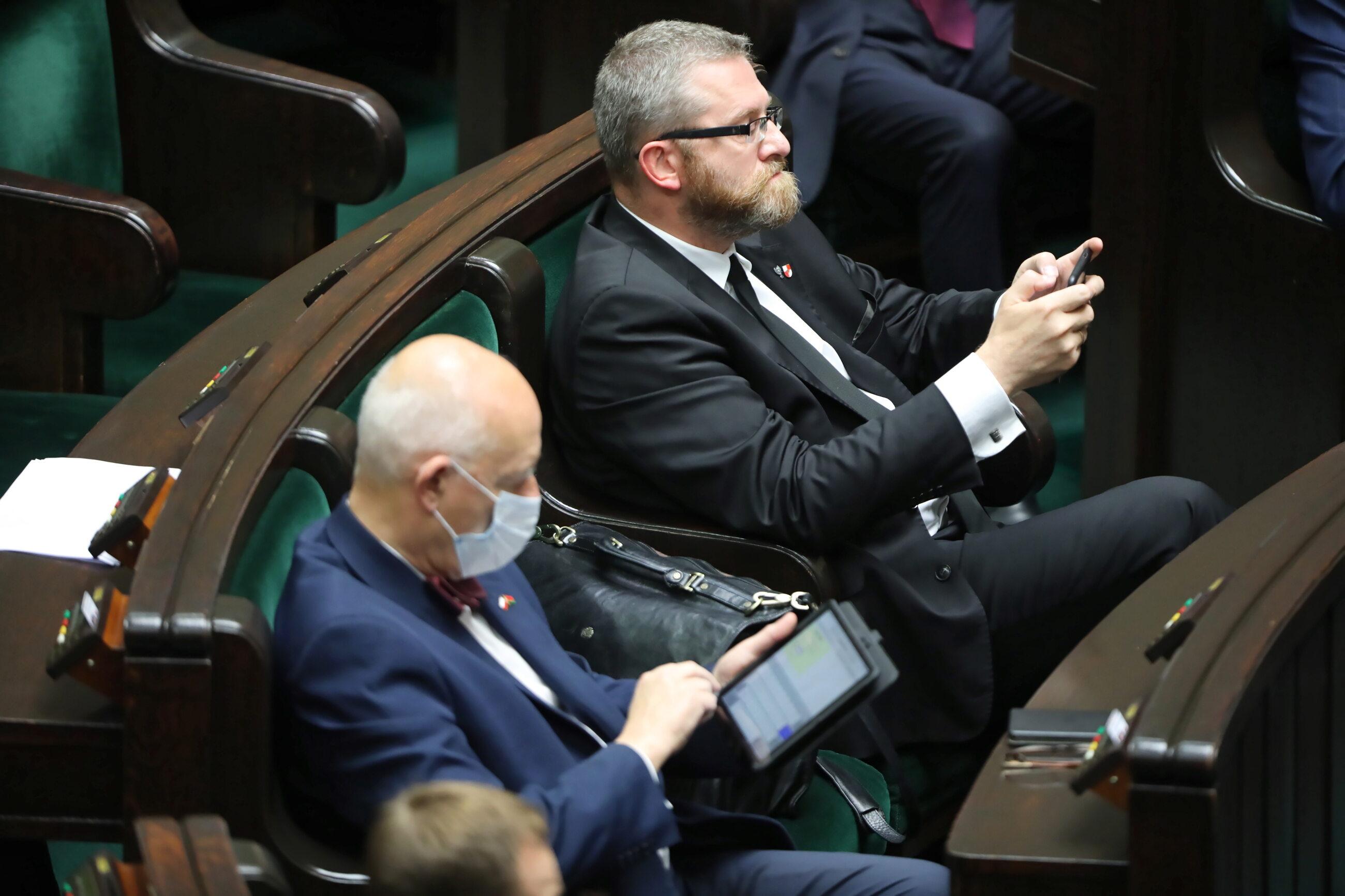 Posłowie Konfederacji Grzegorz Braun (P) i Janusz Korwin-Mikke (L) na sali obrad podczas 18. posiedzenia Sejmu.