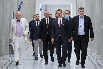 Posłowie Konfederacji na korytarzu w Sejmie. 16.06. 2021.