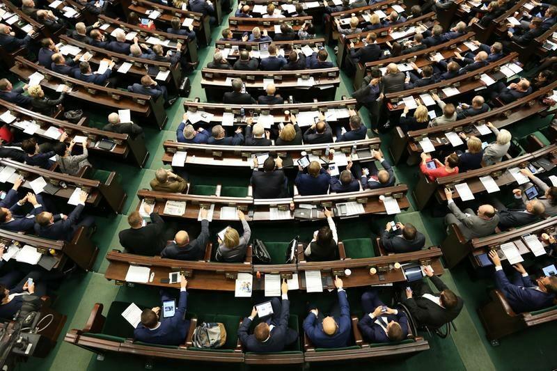 Posłowie na sali plenarnej Sejmu