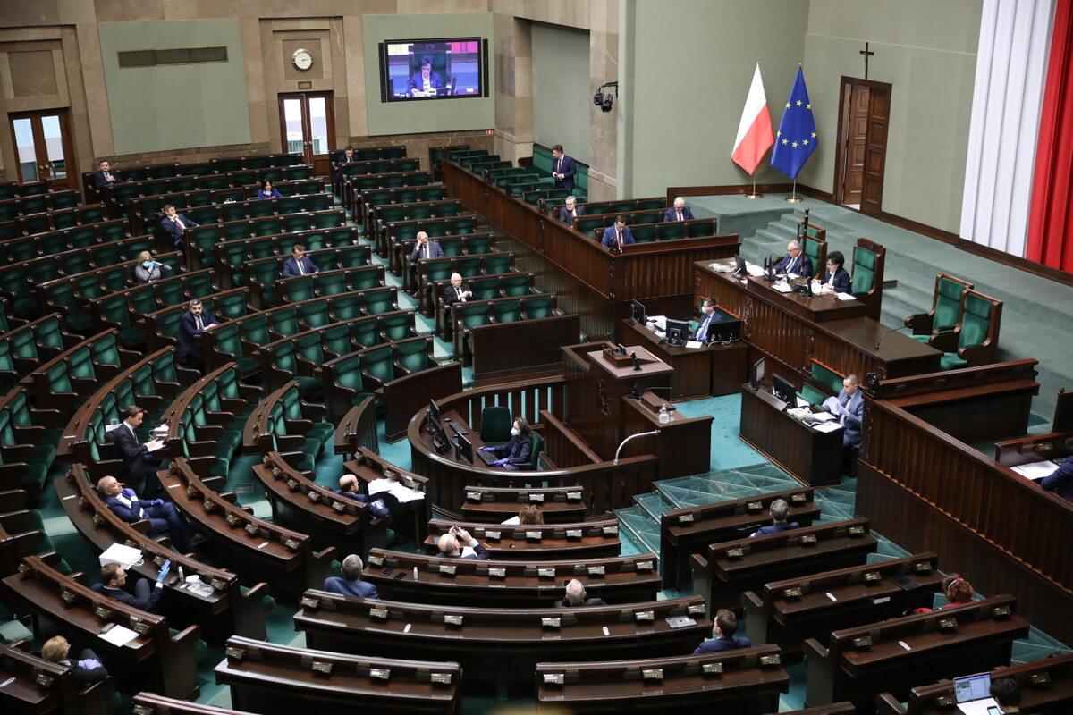 Posłowie na sali posiedzeń w Sejmie