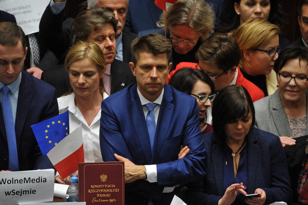 Posłowie opozycji blokują mównicę podczas posiedzenia Sejmu