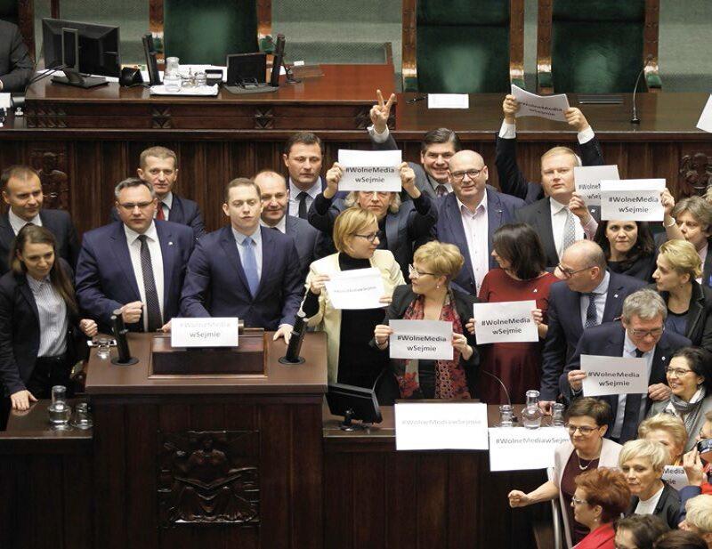 Posłowie opozycji blokują mównicę Sejmową