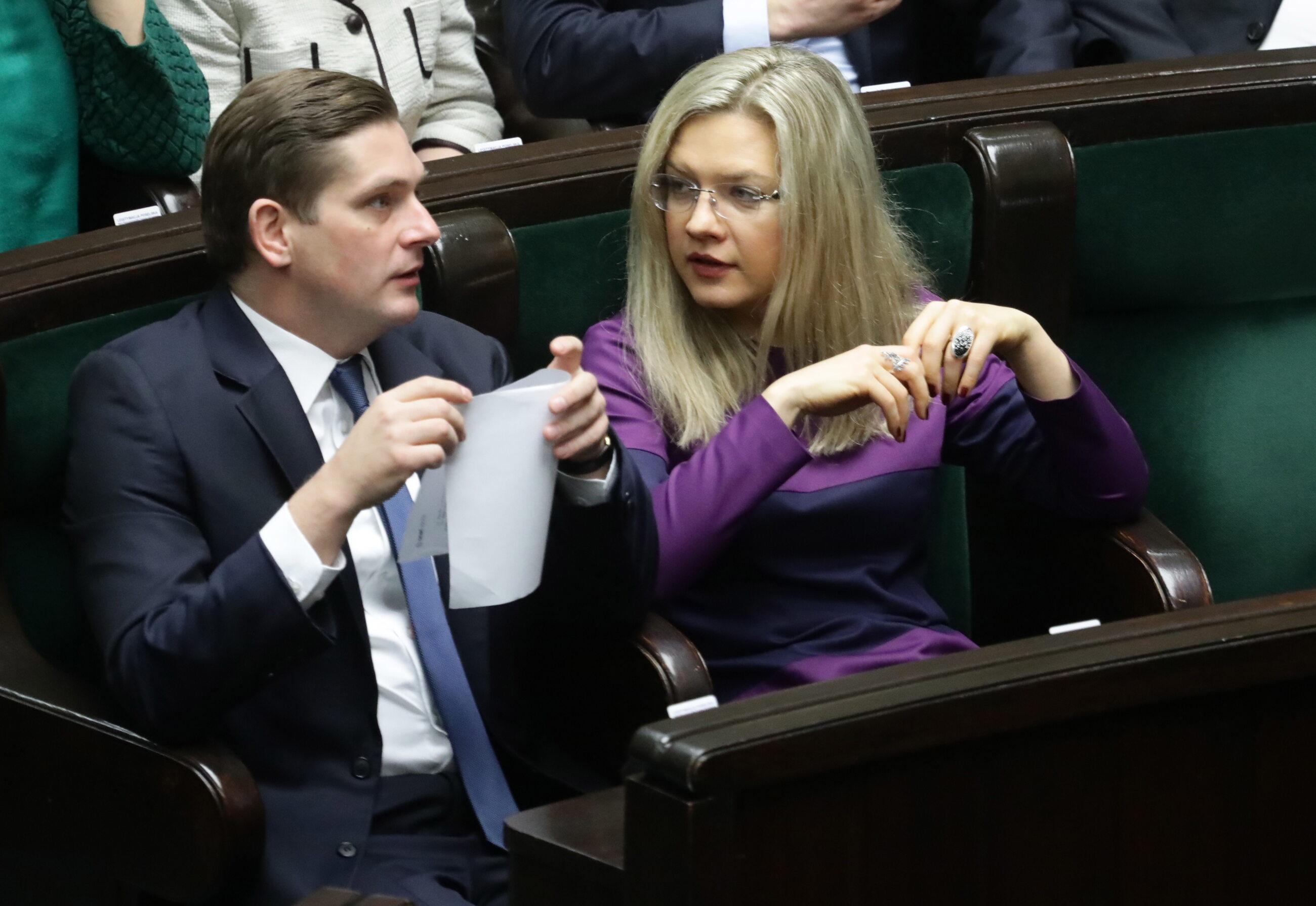 Posłowie PiS Bartosz Kownacki i Małgorzata Wassermann podczas posiedzenia Sejmu