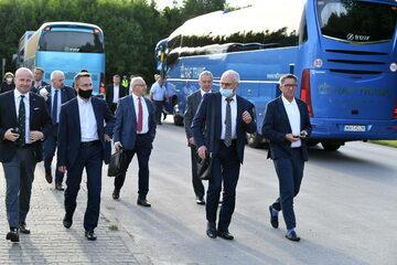 Posłowie PiS w drodze na wyjazdowe posiedzenie klubu parlamentarnego