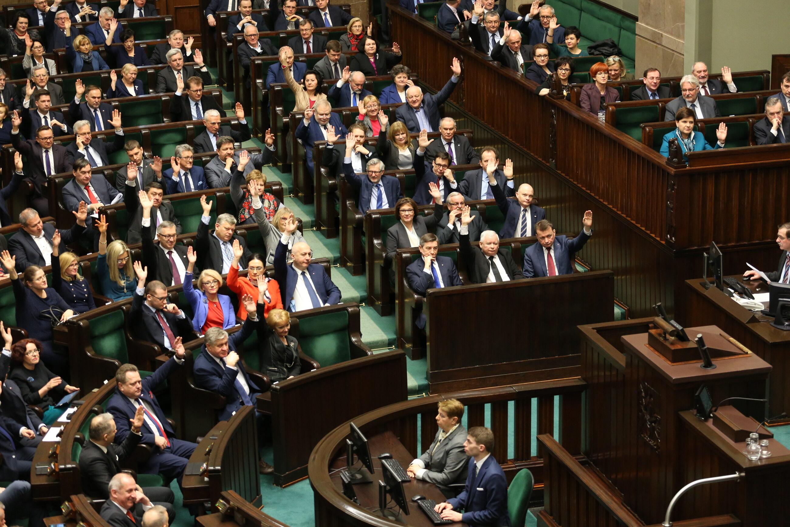 Posłowie podczas głosowania na sali sejmowej