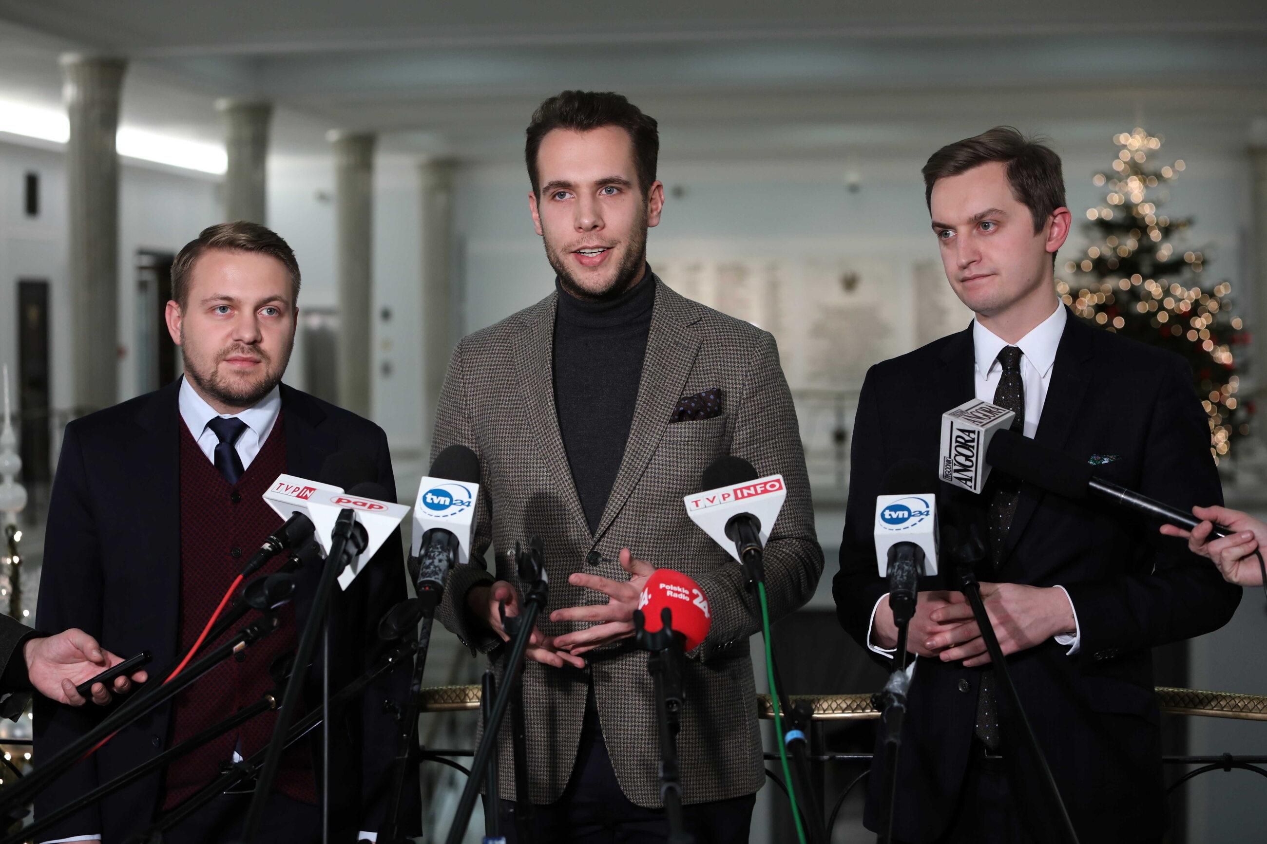 Posłowie: Solidarnej Polski Jan Kanthak (C) i Jacek Ozdoba (L) oraz poseł PiS, Sekretarz Stanu w ministerstwie sprawiedliwości Sebastian Kalet (P)