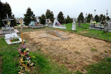 Pozostałość po zdemontowanym pomniku ku czci bojowników Ukraińskiej Powstańczej Armii na cmentarzu gminnym w Hruszowicach