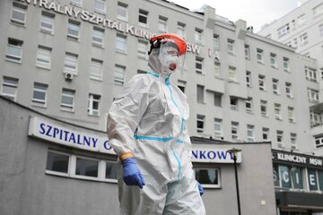 Pracownik szpitala w stroju ochronnym. Fot. zdjęcie ilustracyjne
