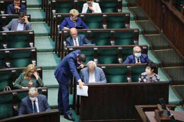 Premier Mateusz Morawiecki (C-L) oraz wicemarszałek Sejmu Ryszard Terlecki (C-P) podczas obrad Sejmu.
