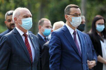 Premier Mateusz Morawiecki i poseł Antoni Macierewicz złożyli kwiaty na grobie Jana Olszewskiego