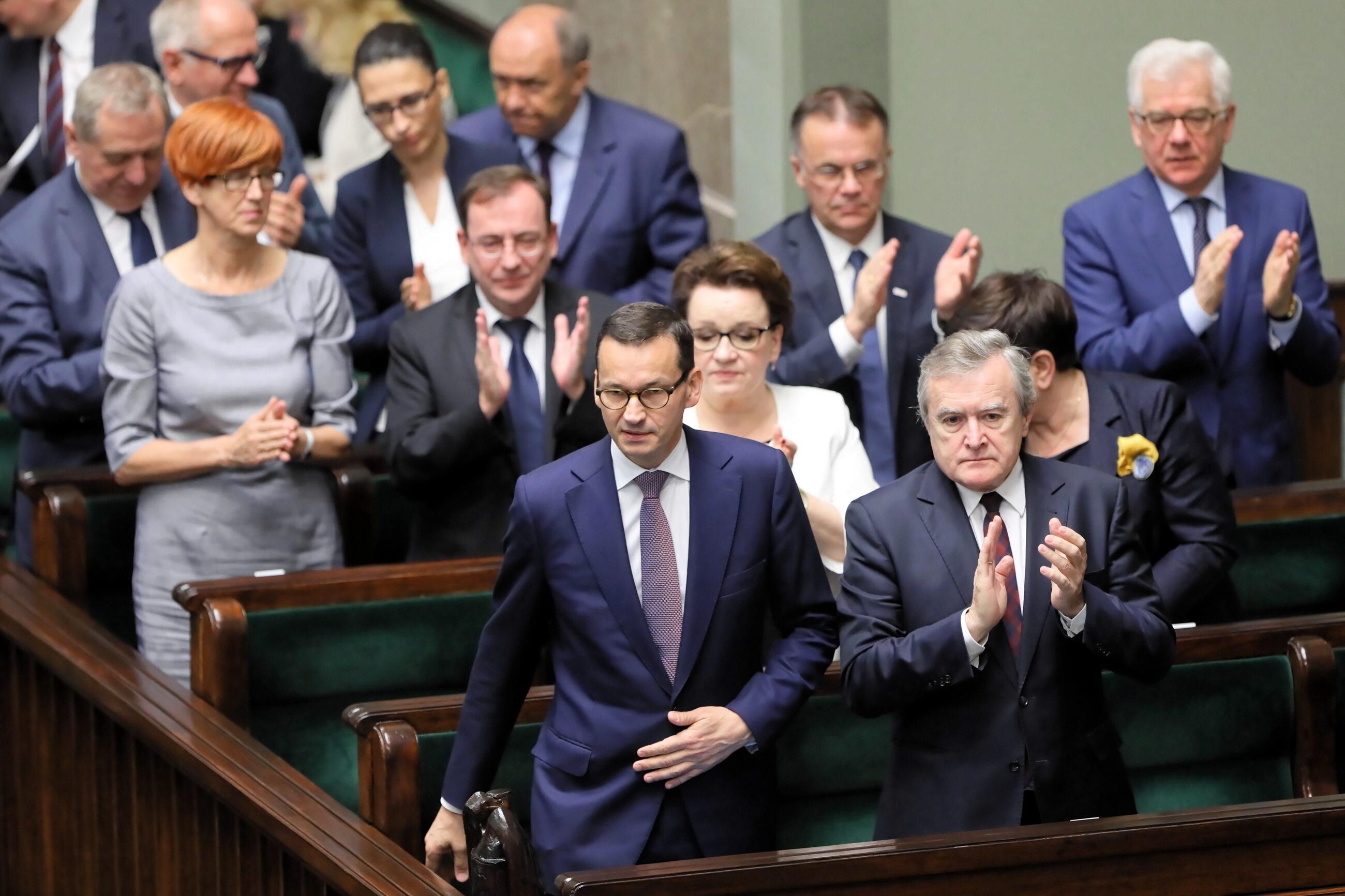 Premier Mateusz Morawiecki i wicepremier, minister kultury Piotr Gliński w ławach rządowych w Sejmie