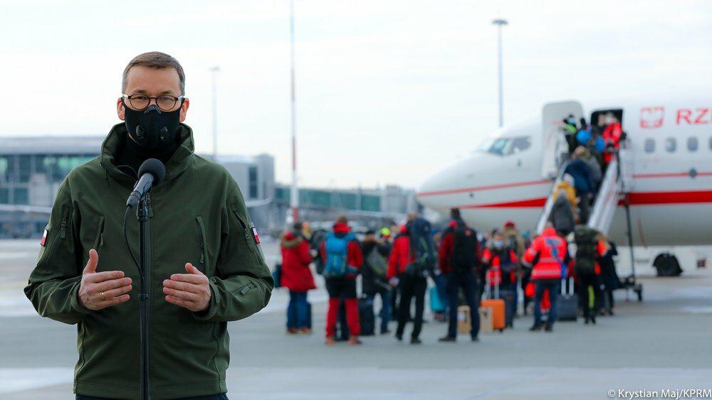 Premier Mateusz Morawiecki na lotnisku Okęcie w Warszawie