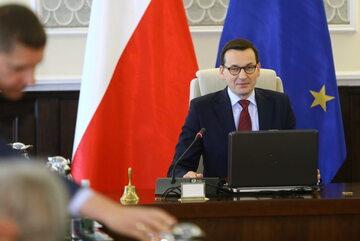 Premier Mateusz Morawiecki (P) podczas posiedzenia rządu
