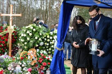 Premier Mateusz Morawiecki (P) z żoną Iwoną Morawiecką (2P) podczas uroczystości pogrzebowych Krzysztofa Krawczyka na cmentarzu w Grotnikach pod Łodzią