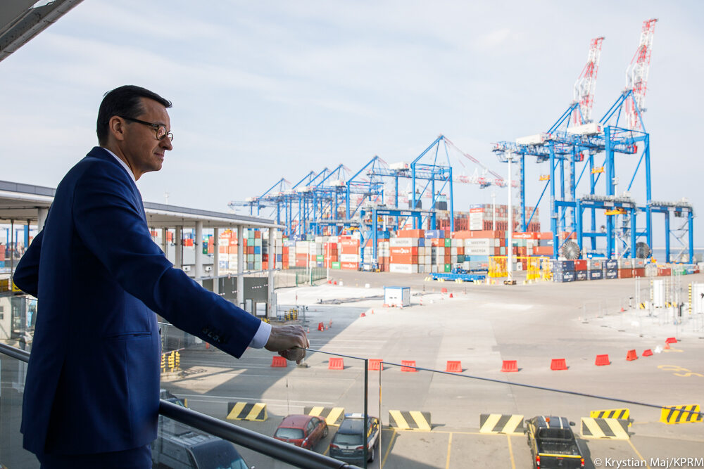 Premier Mateusz Morawiecki podczas wizyty w terminalu kontenerowym w Gdańsku