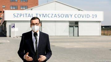 Premier Mateusz Morawiecki przed szpitalem tymczasowym we Wrocławiu