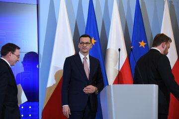 Premier RP Mateusz Morawiecki (C), minister spraw wewnętrznych i administracji Mariusz Kamiński (L) oraz minister zdrowia Łukasz Szumowski (P)
