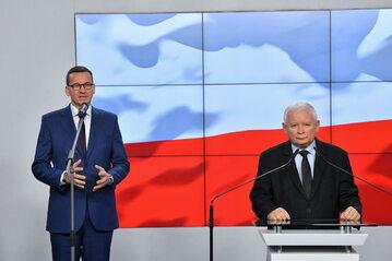 Premier RP Mateusz Morawiecki oraz prezes Prawa i Sprawiedliwości Jarosław Kaczyński podczas oświadczenia dla mediów dot. podpisania umowy koalicyjnej Zjednoczonej Prawicy