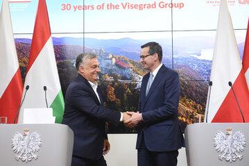 Premier RP Mateusz Morawiecki (P) i premier Węgier Viktor Orban (L) podczas konferencji prasowej w Brukseli.