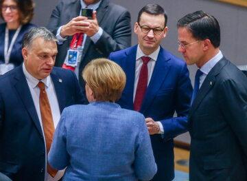 Premier Węgier Viktor Orbán, kanclerz Niemiec Angela Merkel, premier Mateusz Morawiecki i premier Holandii Mark Rutte.