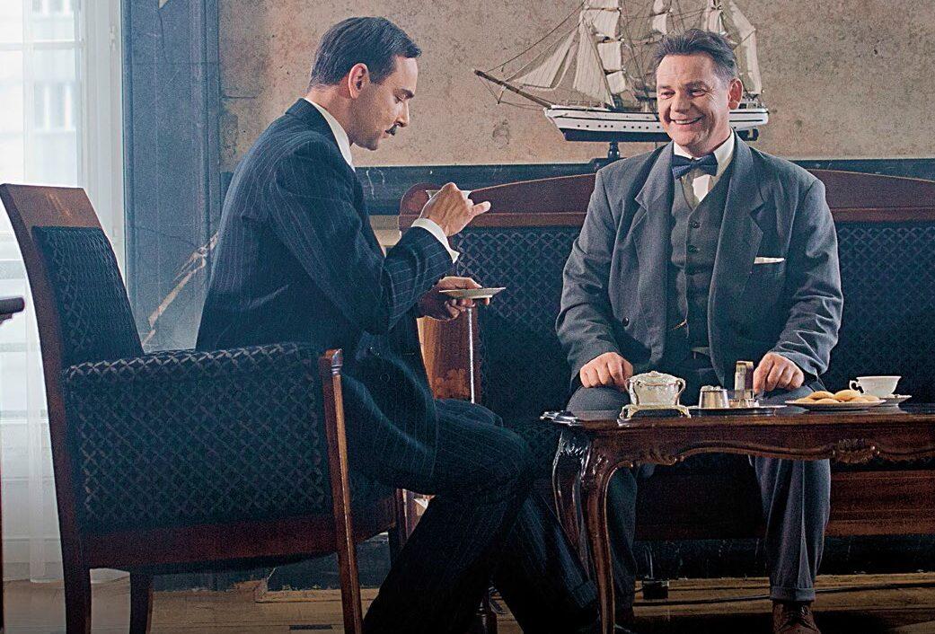 """Premiera spektaklu """"Imperium"""" już 30 września w TVP1. Na zdjęciu: Mariusz Ostrowski (jako Eugeniusz Kwiatkowski) oraz Ireneusz Czop (jako Melchior Wańkowicz)"""