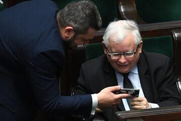 Prezes PiS Jarosław Kaczyński i poseł PiS Krzysztof Sobolewski na sali obrad w Sejmie