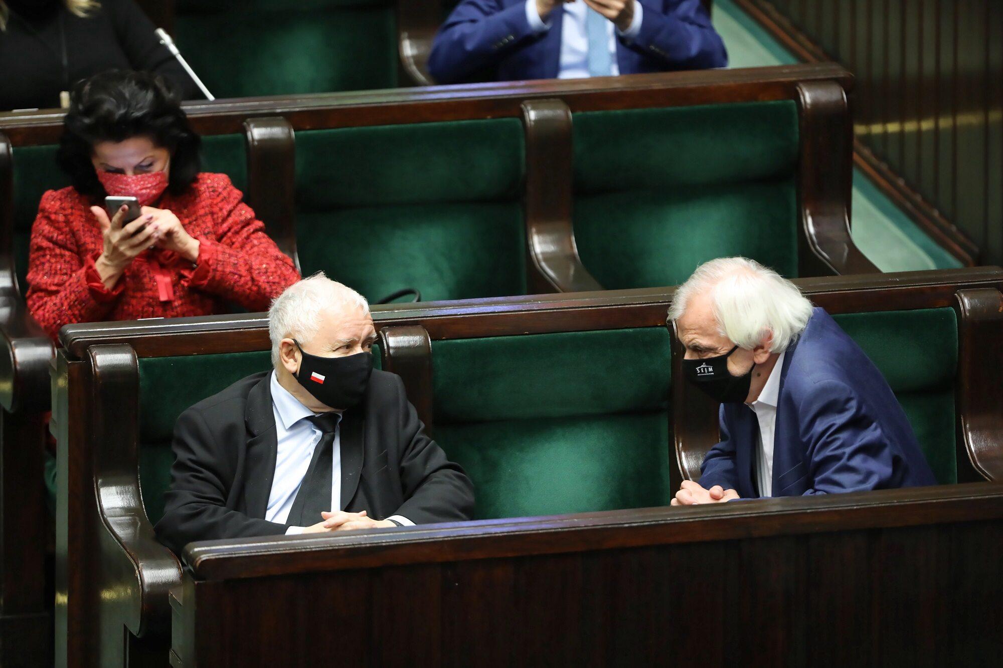Prezes PiS Jarosław Kaczyński (L), wicemarszałek Sejmu Ryszard Terlecki (P) oraz posłanka PiS Anna Paluch (z tyłu) na sali obrad Sejmu.