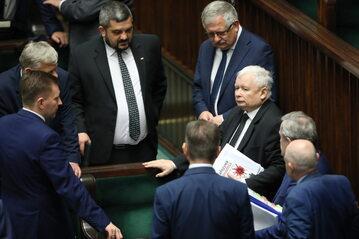 Prezes PiS Jarosław Kaczyński (P) i poseł PiS Krzysztof Sobolewski (L) podczas drugiego dnia posiedzenia Sejmu.