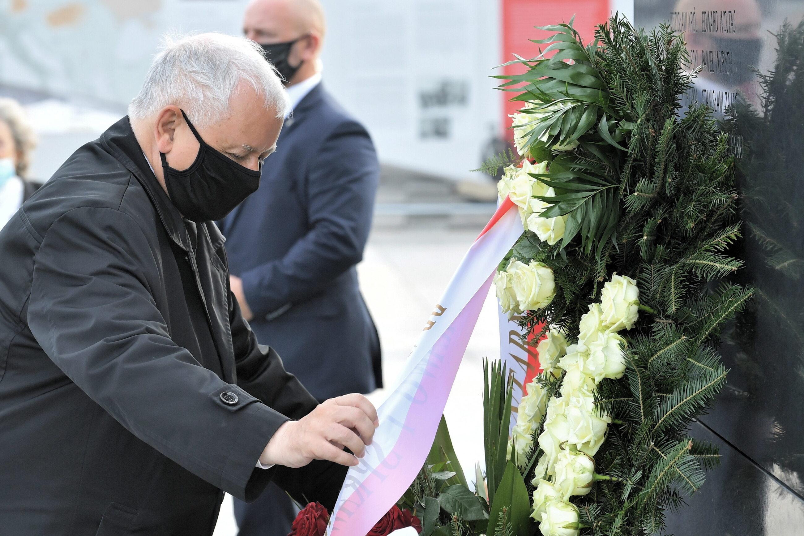 Prezes PiS Jarosław Kaczyński składa wieniec pod pomnikiem Lecha Kaczyńskiego na pl. Piłsudskiego w Warszawie