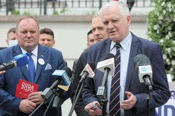 Prezes Porozumienia Jarosław Gowin oraz poseł partii Porozumienie Mieczysław Baszko podczas konferencji prasowej