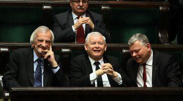 Prezes Prawa i Sprawiedliwości Jarosław Kaczyński (C), poseł Marek Suski (P) oraz wicemarszałek, poseł PiS Ryszard Terlecki w Sejmie