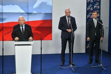 Prezes Prawa i Sprawiedliwości Jarosław Kaczyński, prezes Porozumienia Jarosław Gowin oraz prezes Solidarnej Polski Zbigniew Ziobro podczas oświadczenia dla mediów dot. podpisania umowy koalicyjnej Zjednoczonej Prawicy,
