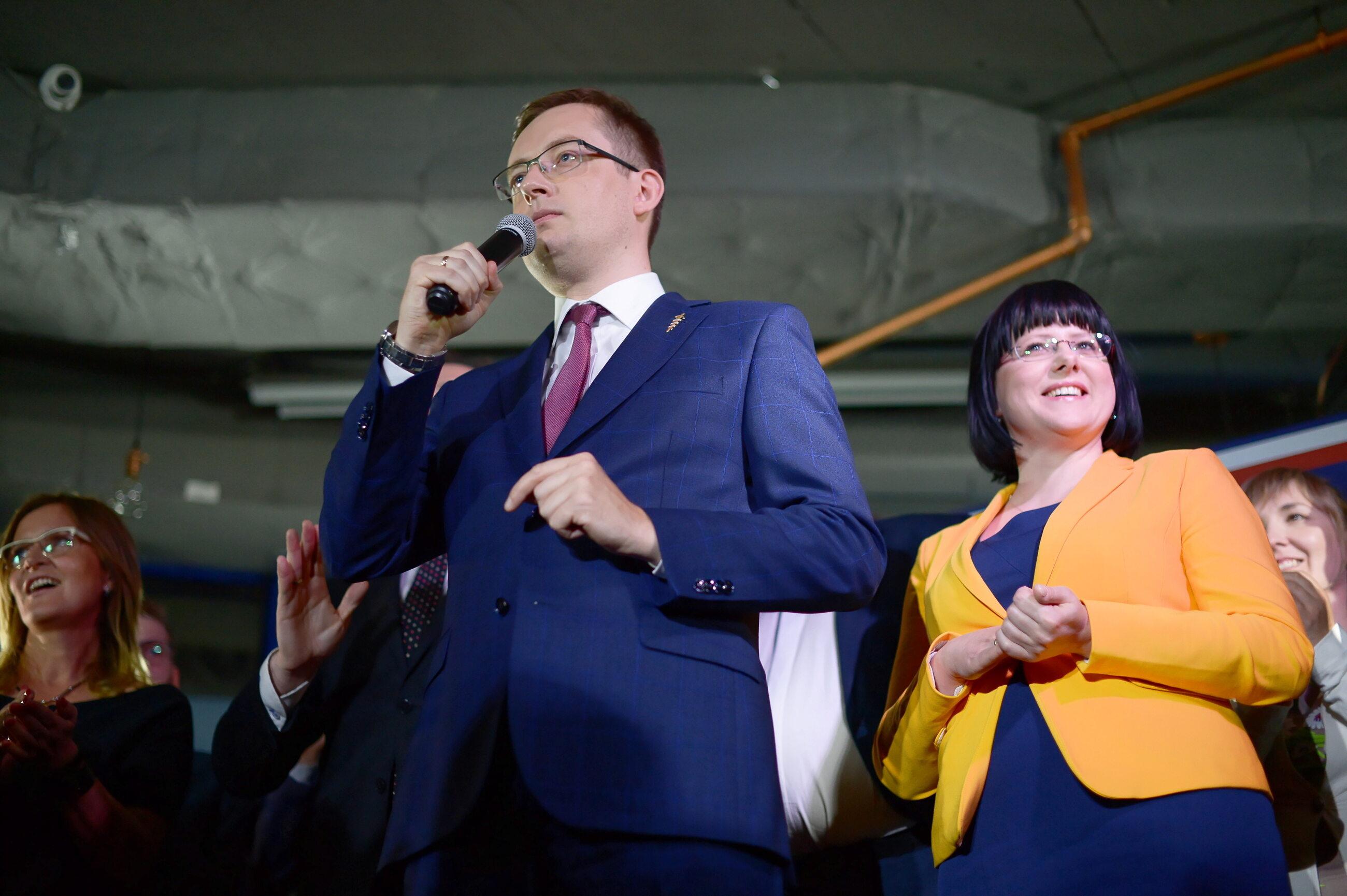 Prezes Ruchu Narodowego Robert Winnicki i Kaja Godek w sztabie wyborczym Konfederacji