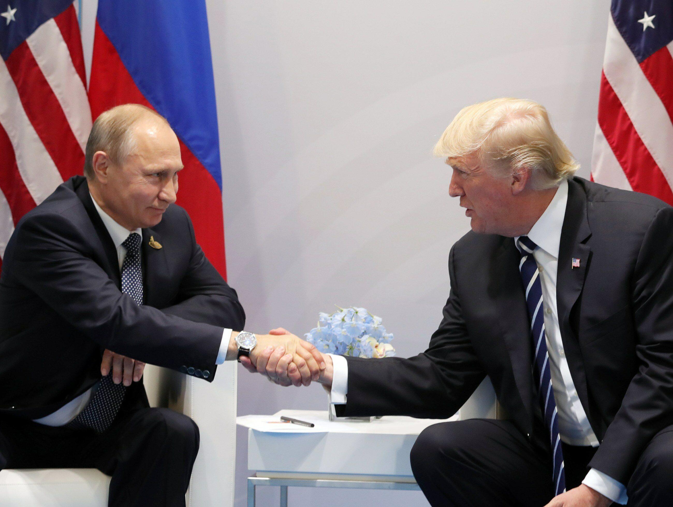 Prezydenci Rosji i USA: Władimir Putin (L) i Donald Trump (P)